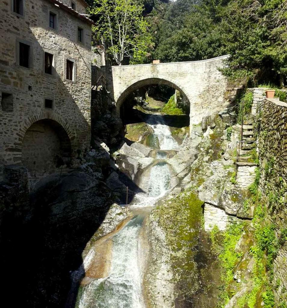 la cascata di fronte all'eremo