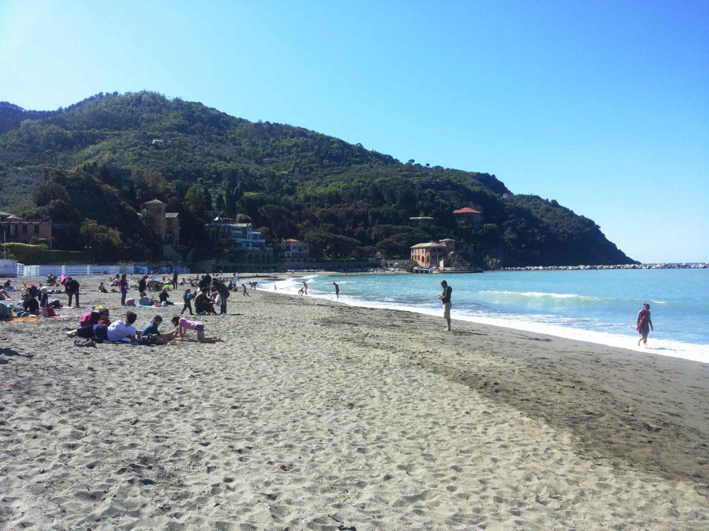 spiaggia di levanto con le colline