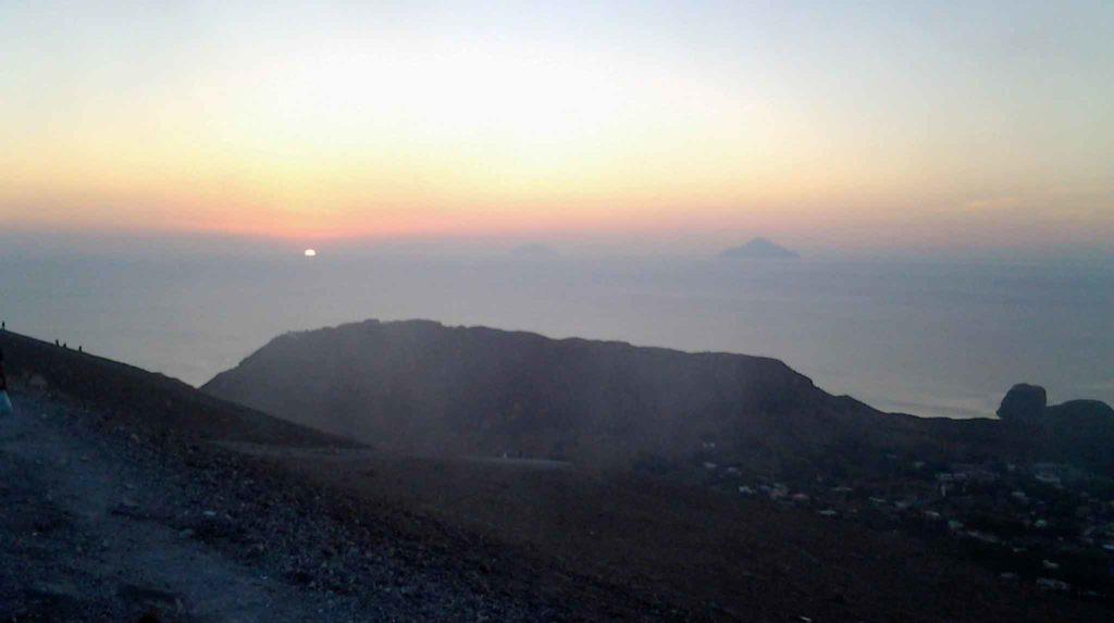 vulcano eolie trekking cratere