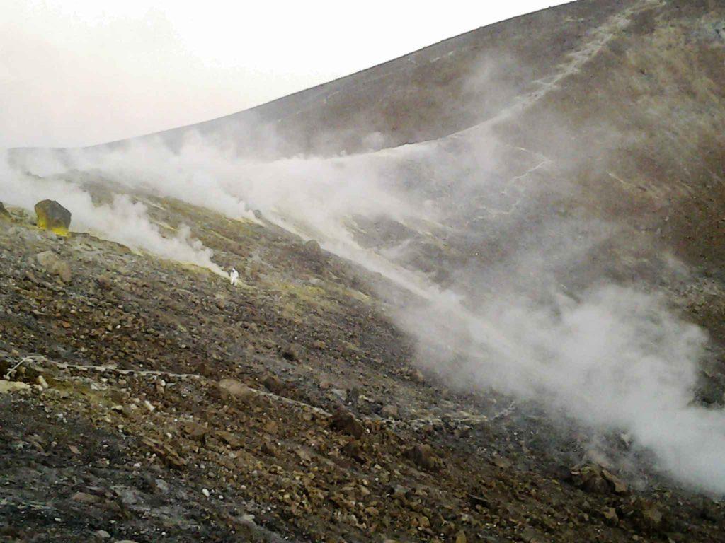 fumarole e zolfo sul cratere attivo