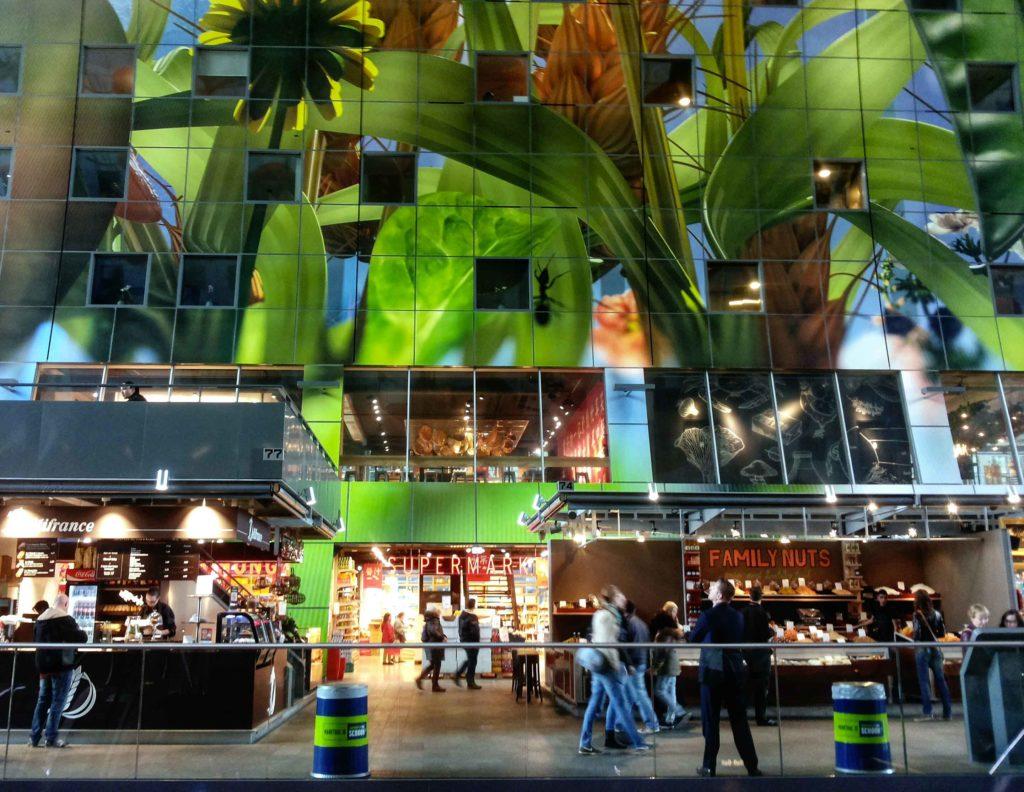 dettaglio della parete interna e di alcuni negozi del mercato coperto di rotterdam